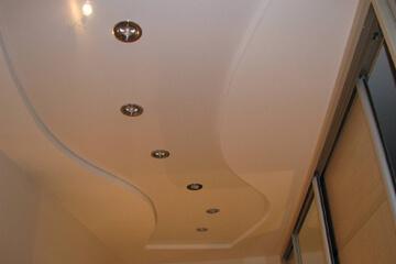 натяжные потолки в прихожей и коридоре